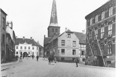 Adelgade med hotel Postgården lige for og Gundels gård til højre