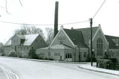 """Ørbæk Mejeri, fotograferet fra Hulvejen. Kilden på sin """"gamle"""" plads.                  Billedet er fra ca. 1980"""